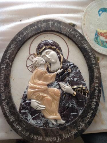 Икона Жировичской Божией Матери, в процессе, выполнена из комбинации камней