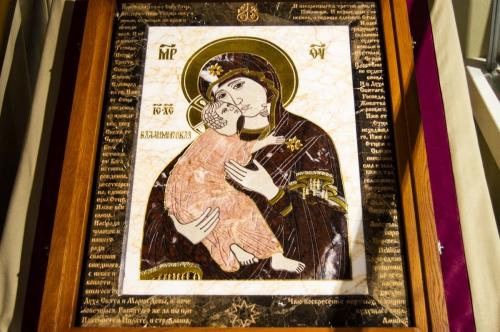 Икона Владимирской Божией Матери, выполнена из комбинации камней